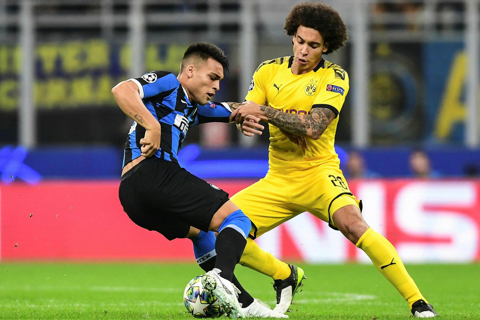 Axel Witsel og Lautaro Martinez í baráttu í leik Inter ...