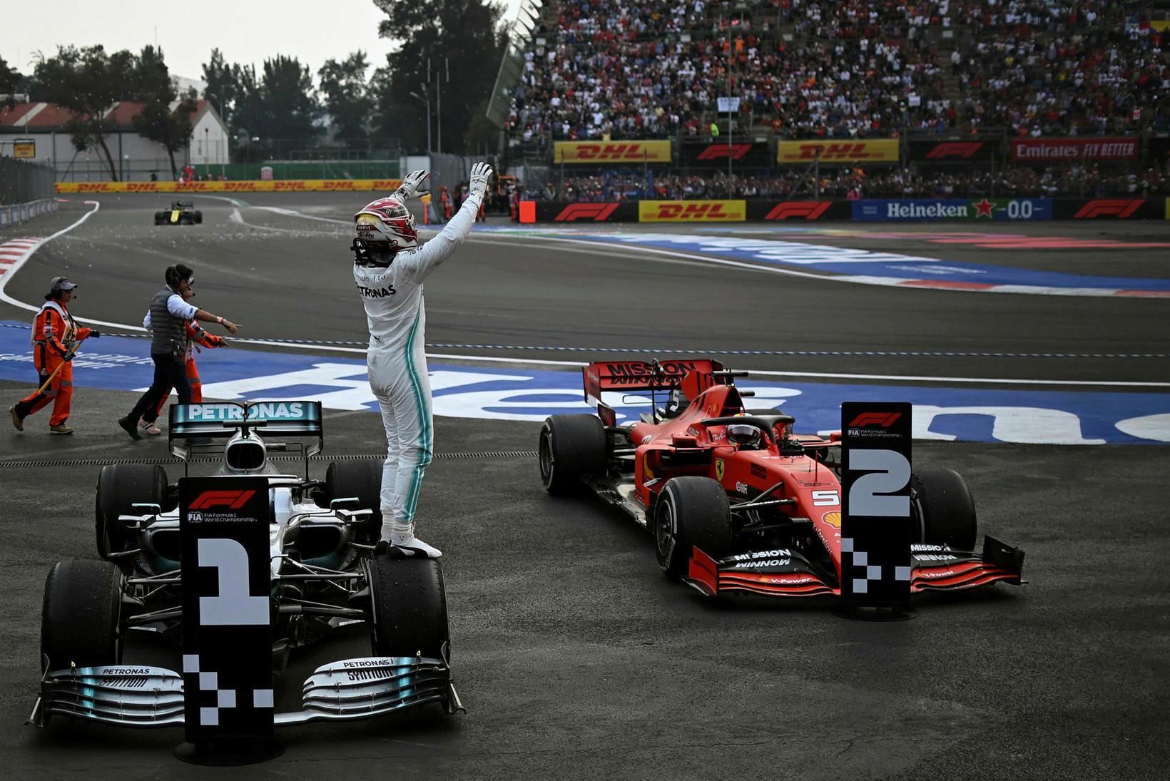 Lewis Hamilton fagnar sigrinum í Mexíkóborg.