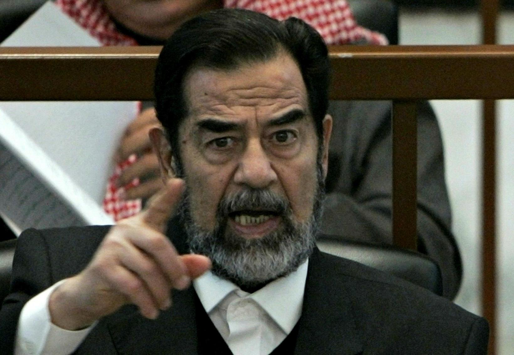 Saddam Hussein forseti Íraks við réttarhöldin yfir honum vegna Anfal-þjóðarmorðanna.