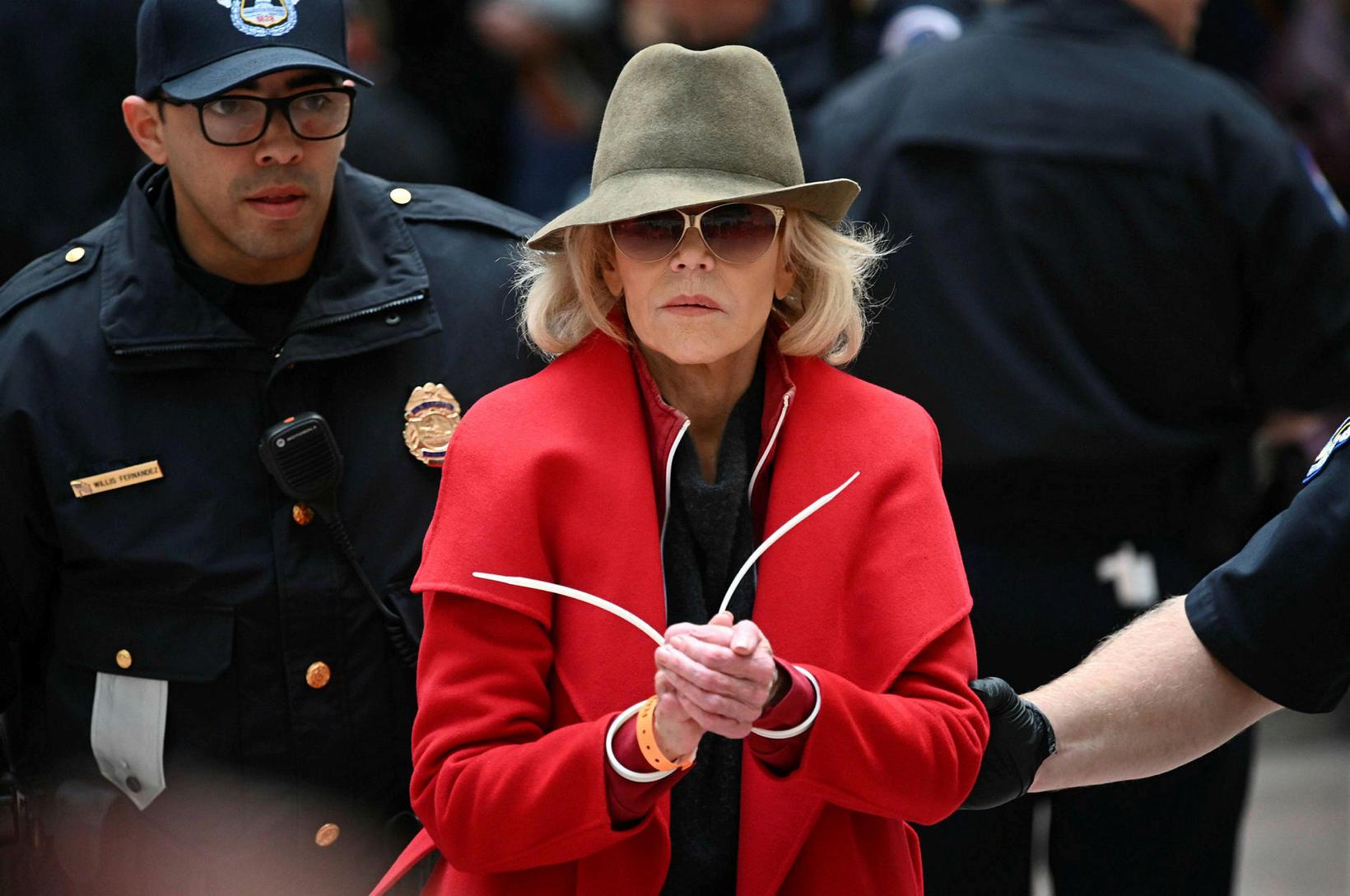 Jane Fonda var leidd á brott af lögreglumönnum í gær.