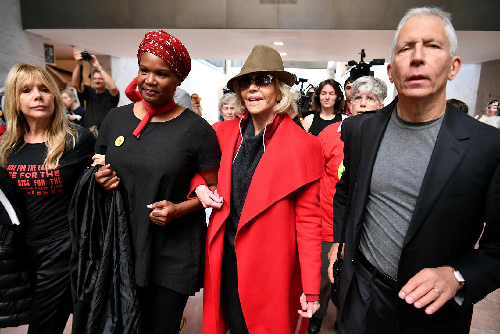 Jane Fonda fyrir miðju og leikkonan Rosanna Arquette (til vinstri) ...