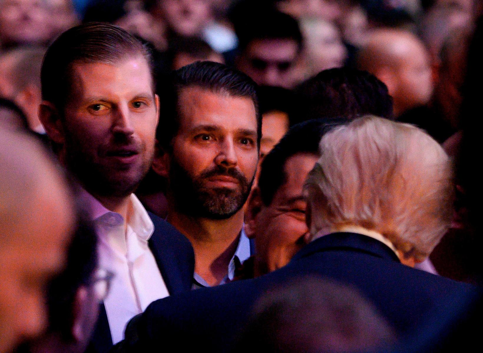 Eric og Donald yngri, synir forsetans á bardaganum í gær.