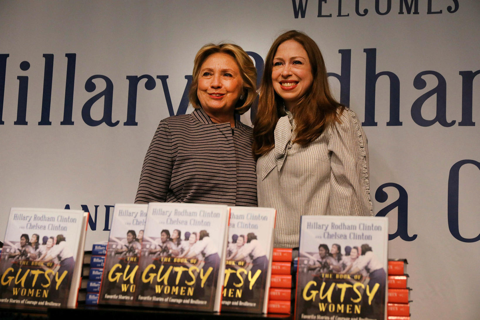 Bókahöfundarnir Hillary og Chelsea Clinton með bókina The Book of …