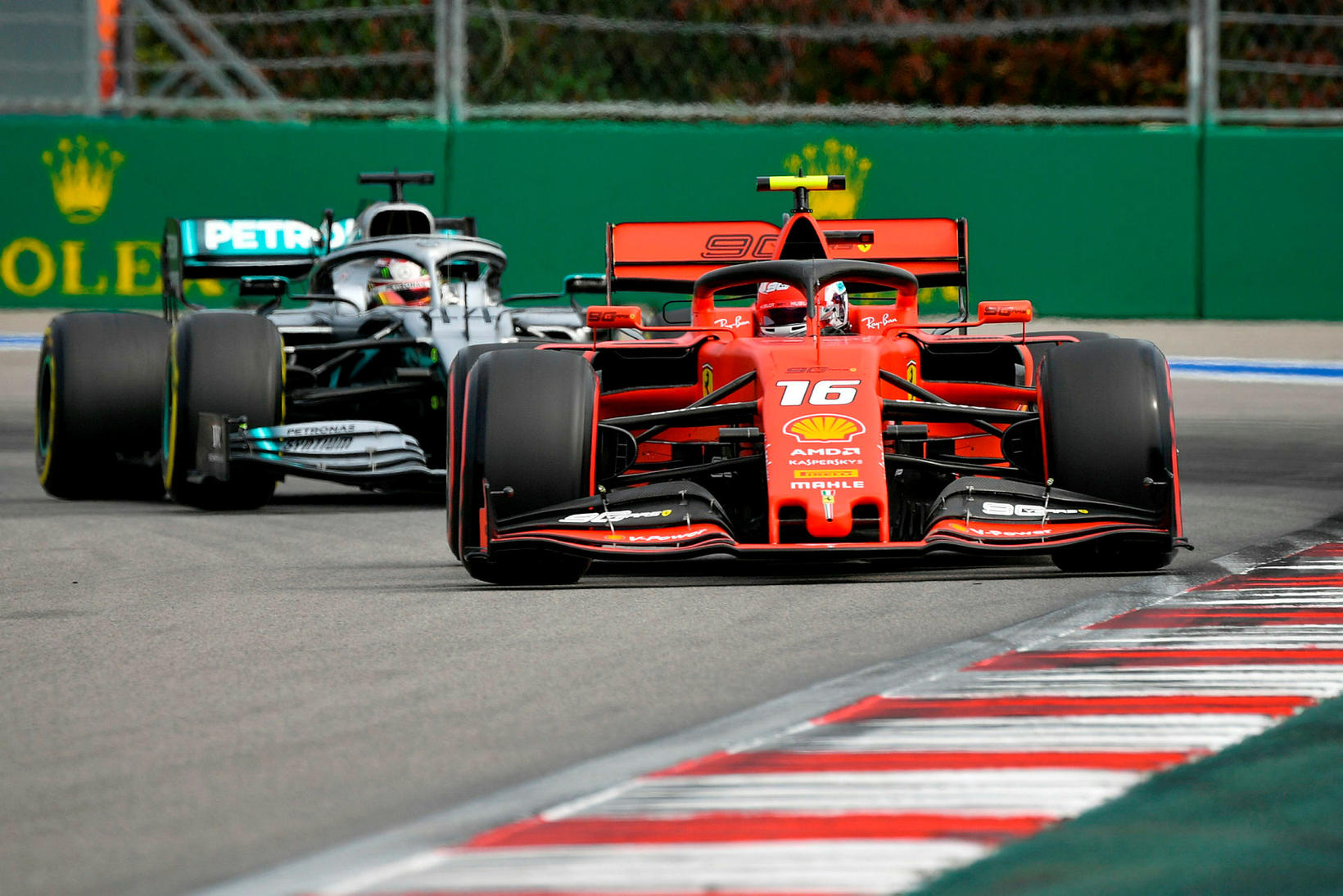 Charles Leclerc rétt á undan Lewis Hamilton á æfingunni í …