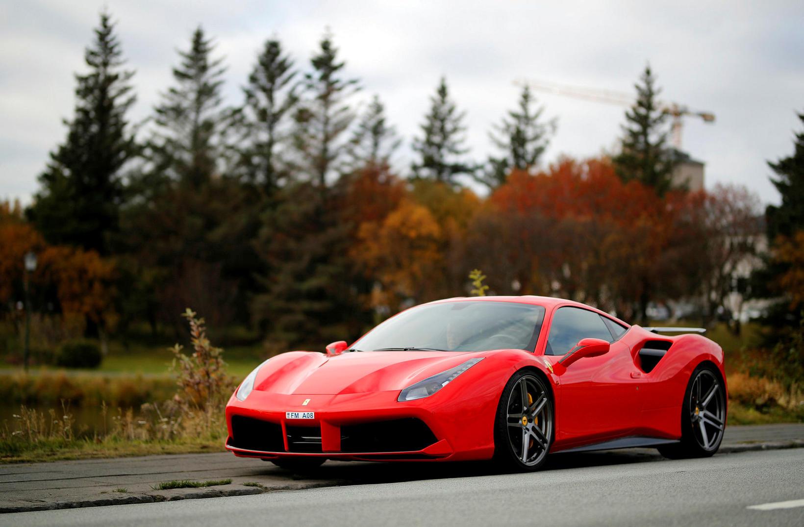 Ferrari 488 sportbíllinn er draumabíll margra, og ökutæki í algjörum …