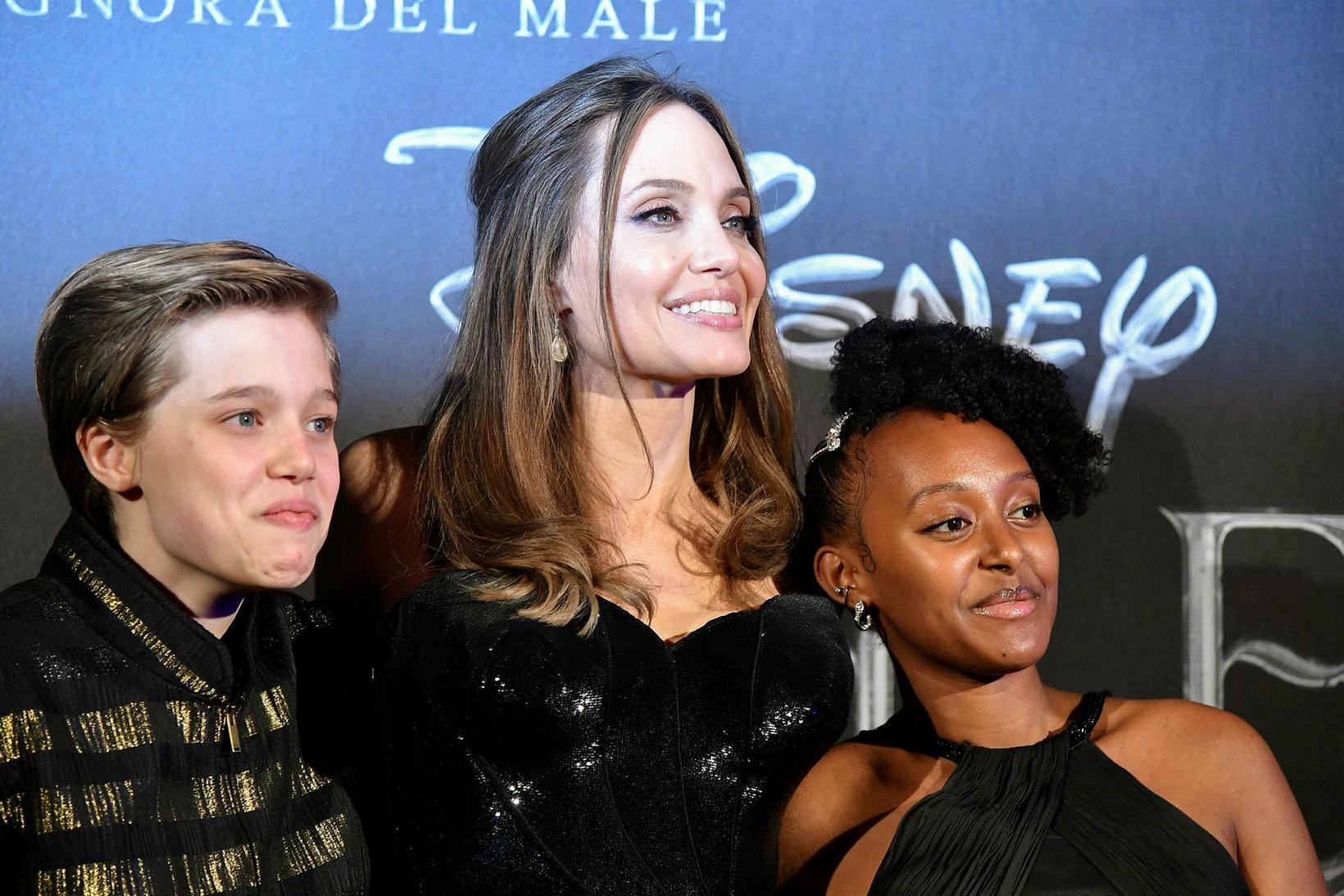 Angelina Jolie með dætrum sínum Shiloh Nouvel Jolie-Pitt og Zahöru ...