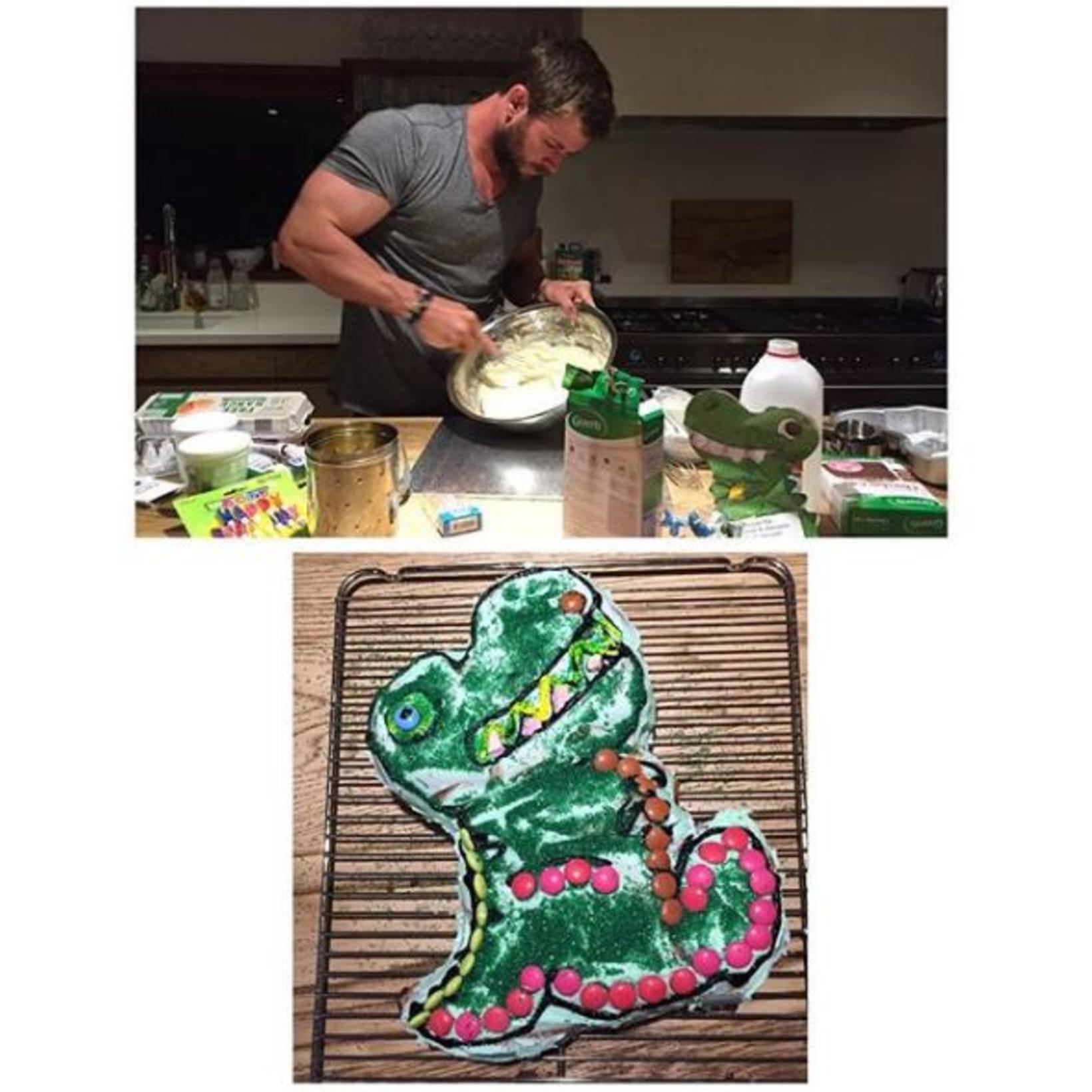 Chris Hemsworth er duglegur pabbi sem bakar fyrir afmæli.