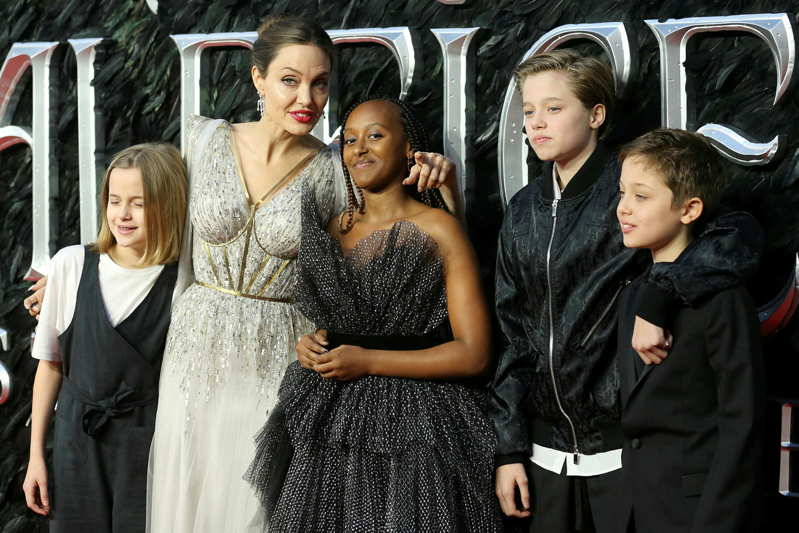 Angelina Jolie ásamt fjórum af sex börnum sínum.