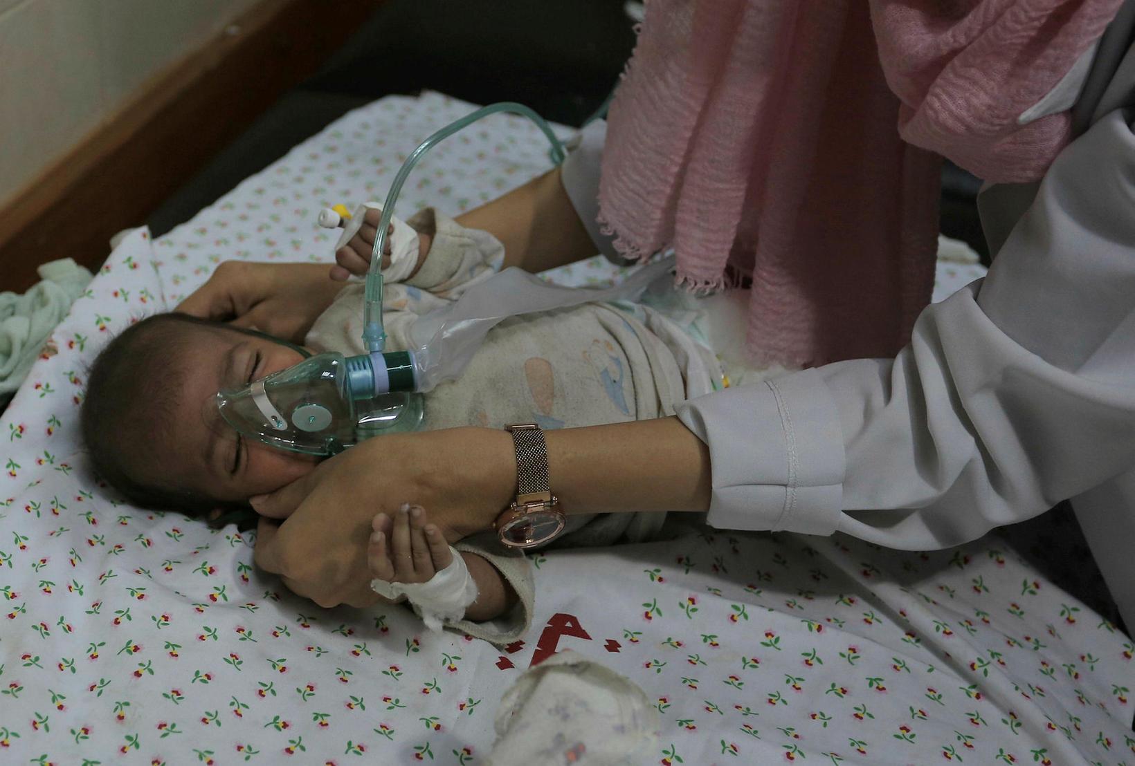 Barn sem særðist í loftárásum Ísraela á Gaza.