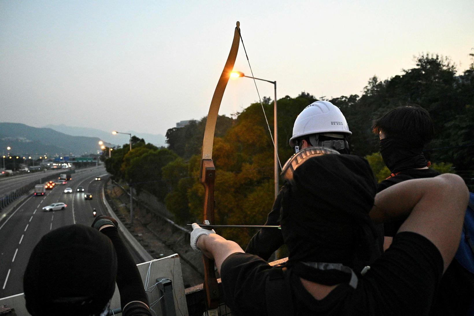 Vopnatilburðir mótmælenda í Hong Kong minna um margt á miðaldir. ...
