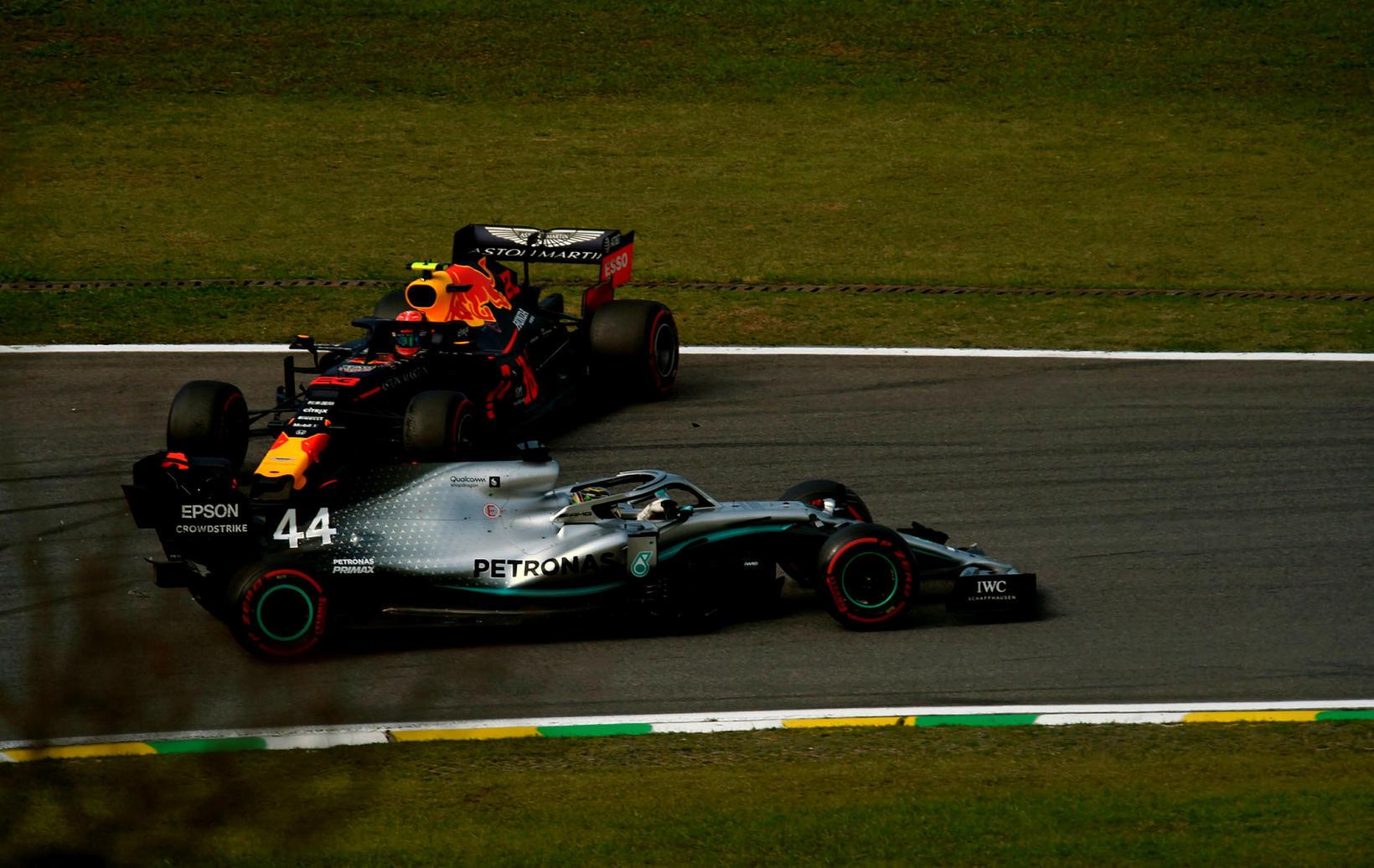 Klaufaleg tilraun Lewis Hamilton á Mercedes til að komast fram …