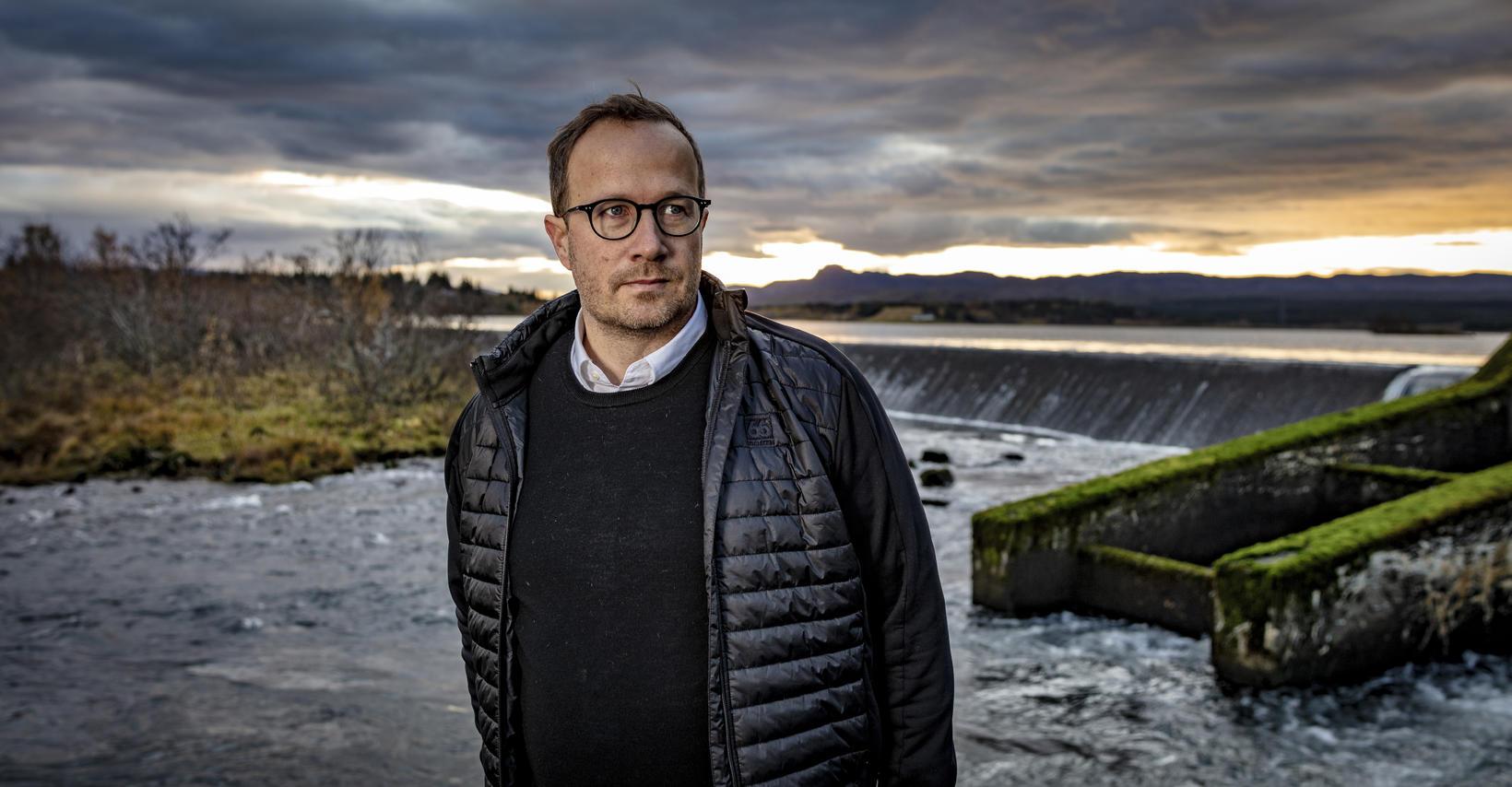 Andri Snær Magnason rithöfundur nærri æskuslóðunum í Árbænum.