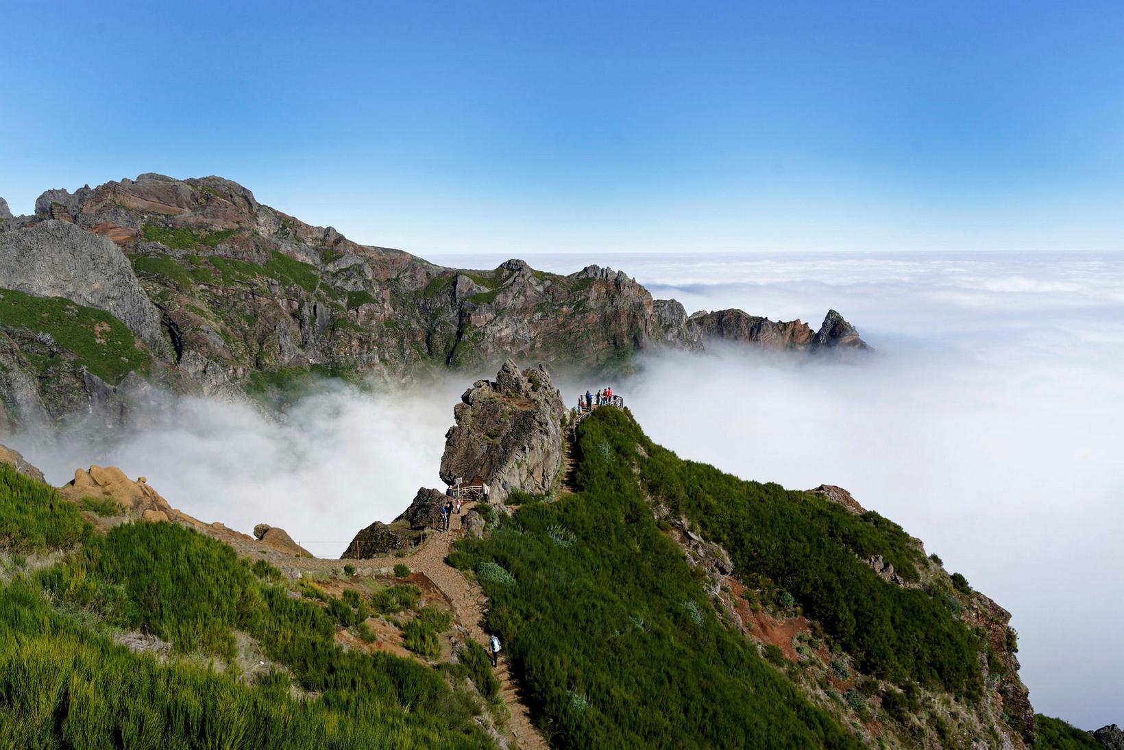 Pico Ruivo er mögnuð gönguleið. Takið eftir fólkinu sem er …