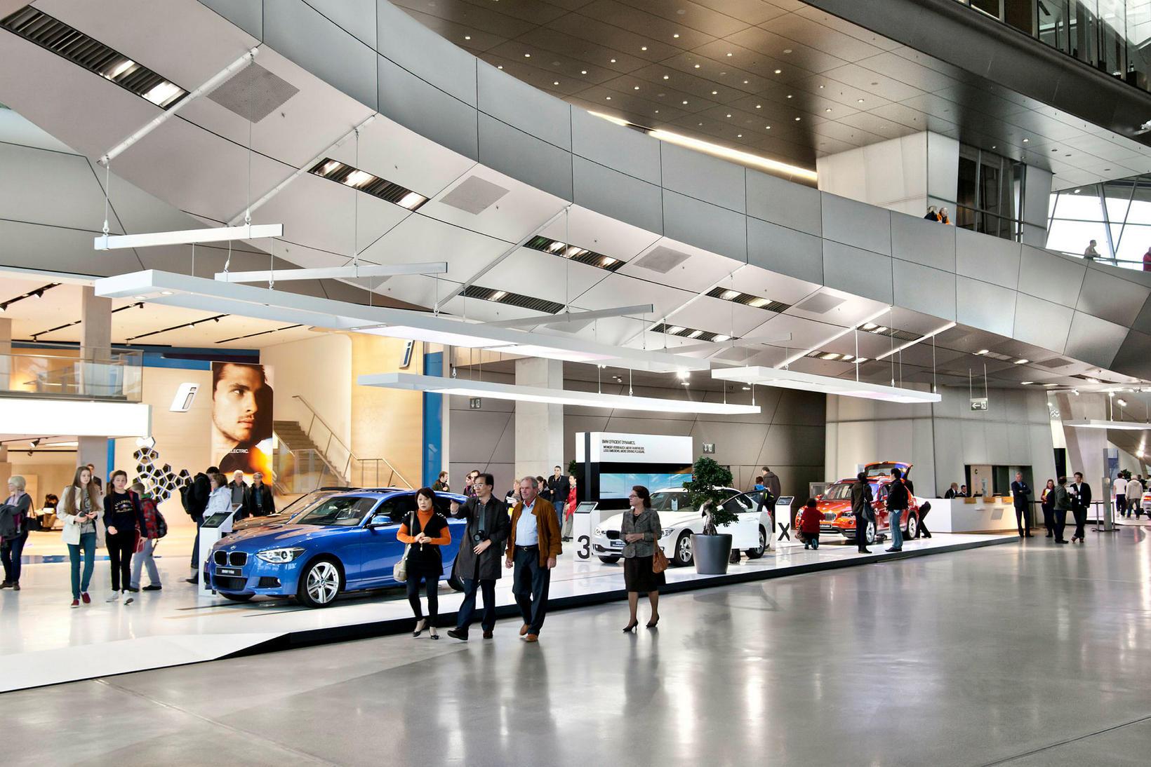 BMW Welt er risastór sýningarsalur þar sem skoða má allt ...