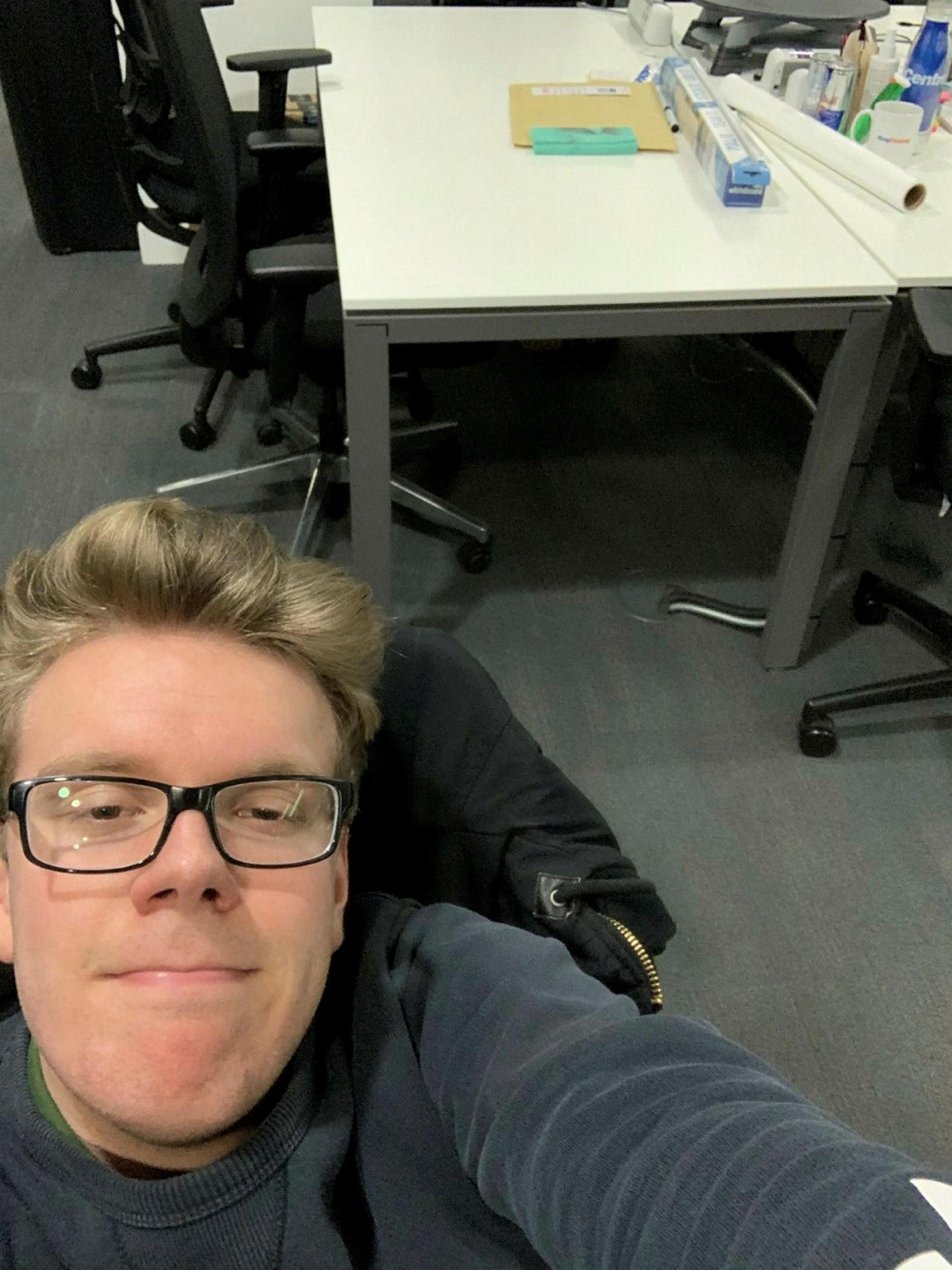 Einar Örn á skrifstofu sinni þar sem hann bíður núna …