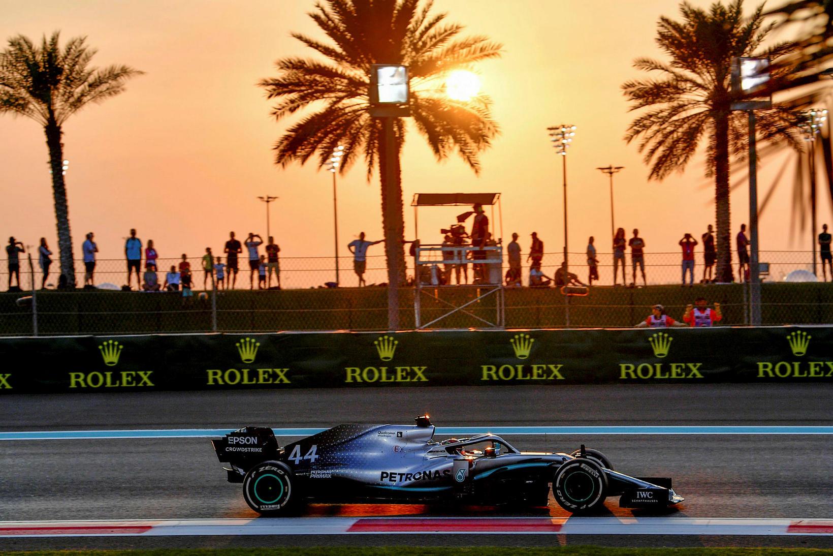 Lewis Hamilton á leið til ráspóls í Abu Dhabi.