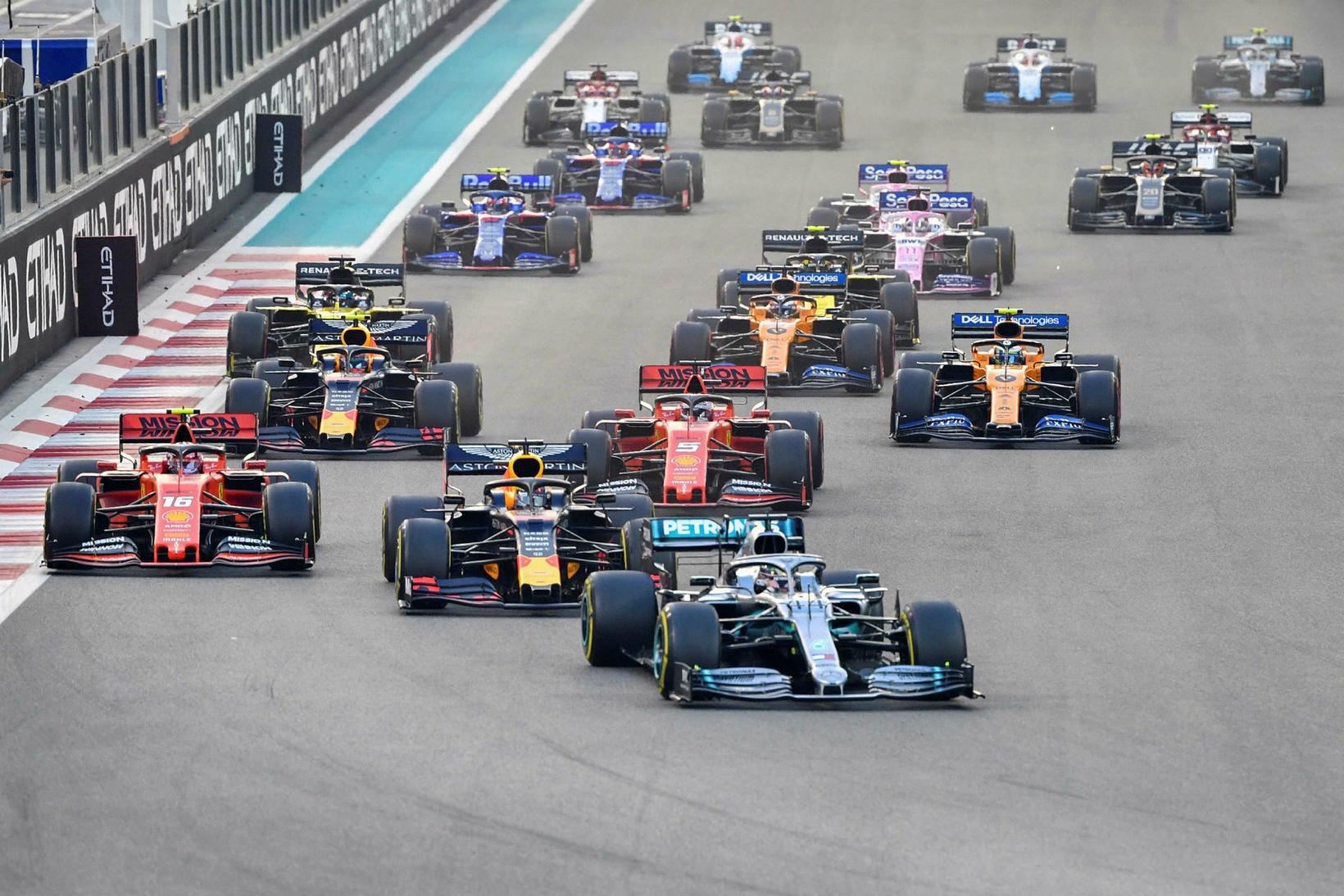 Lewis Hamilton fremstur á fyrstu metrunum í Abu Dhabi.