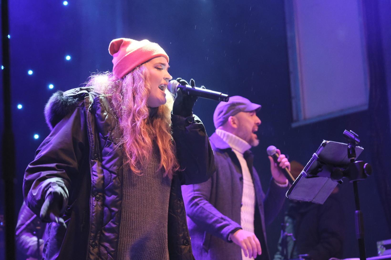 Elísabet Ormslev and Sverrir Bergmann performed.