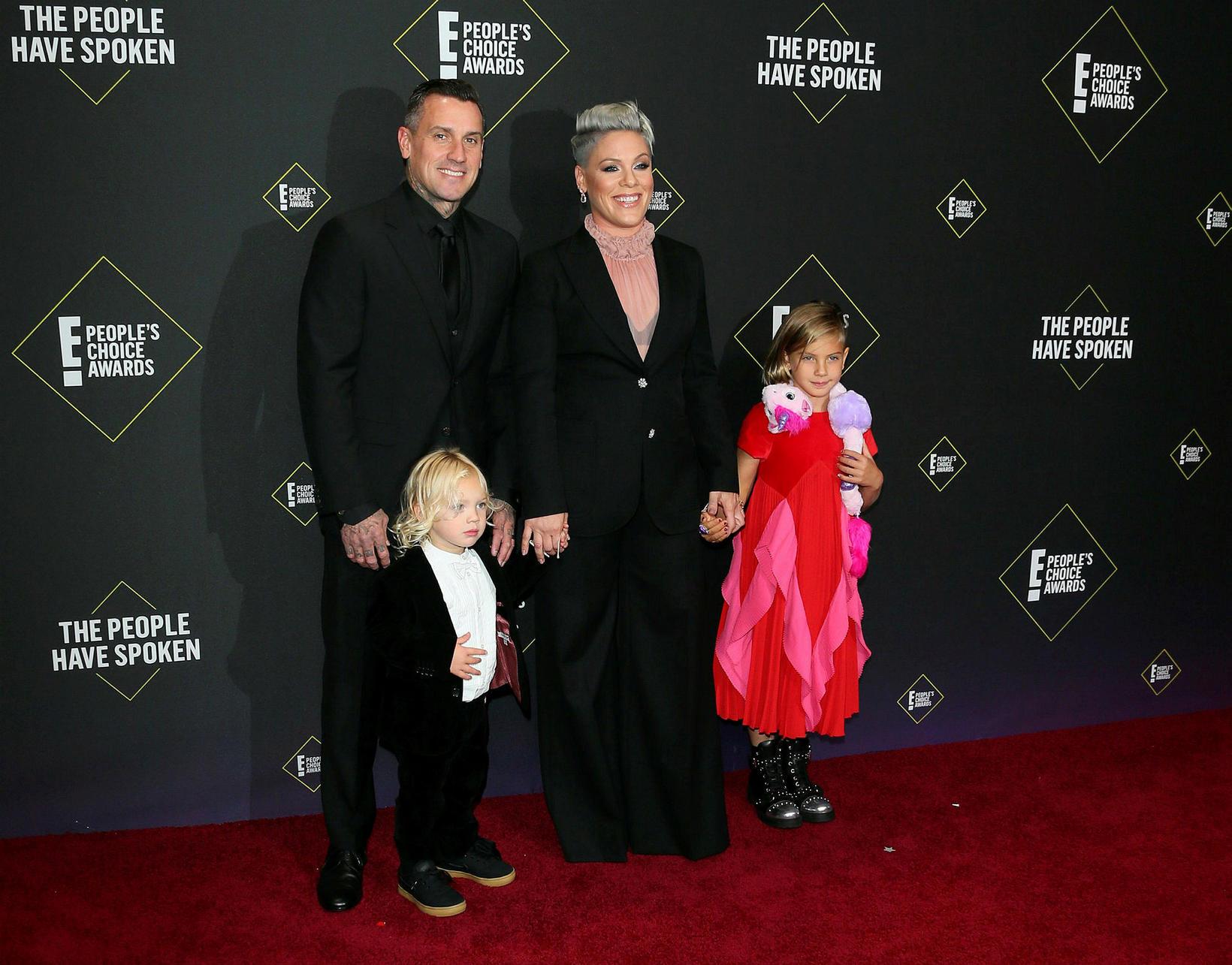 Pink og Carey Hart með börnum sínum Willow Sage Hart …