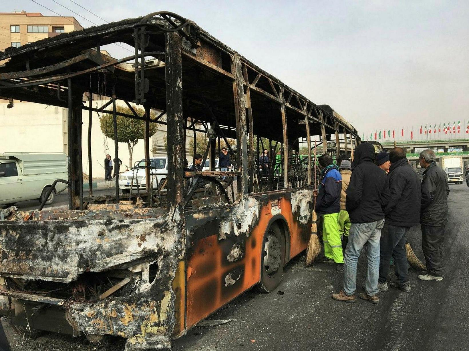 Frá borginni Isfahan 17. nóvember síðastliðinn. Mótmælendur kveiktu í þessum …