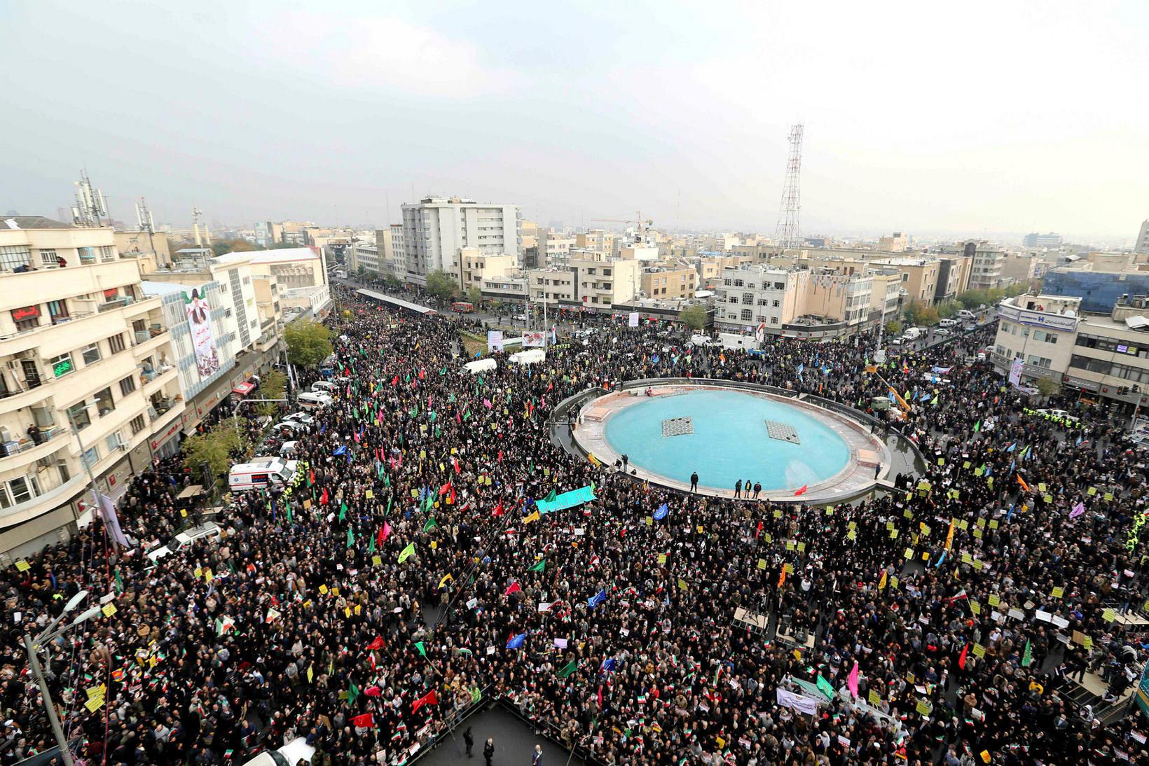 Mótmælendur á bandi stjórnvalda koma saman á fundi í Teheran …