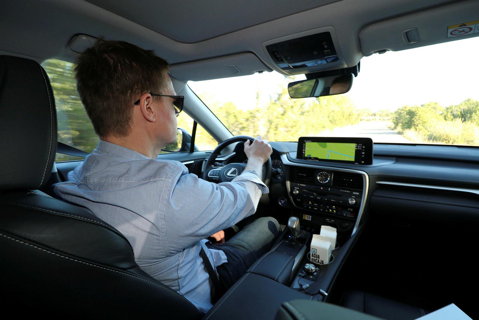 Blaðamaður við stýrið á Lexus RX á Ibiza á Spáni.