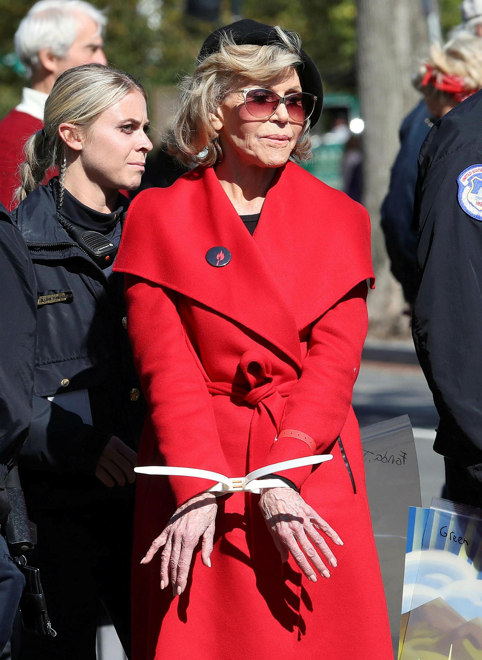 Jane Fonda keypti rauðu kápuna á útsölu.