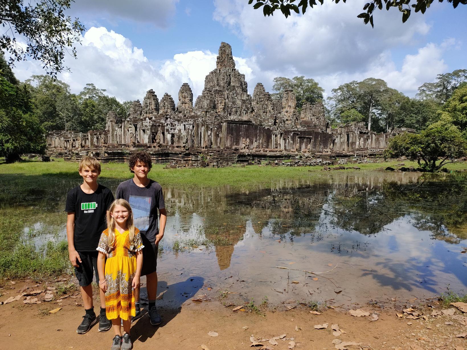 Hilmir, Júlíus og Elísa við Angkor City í Kambódíu.