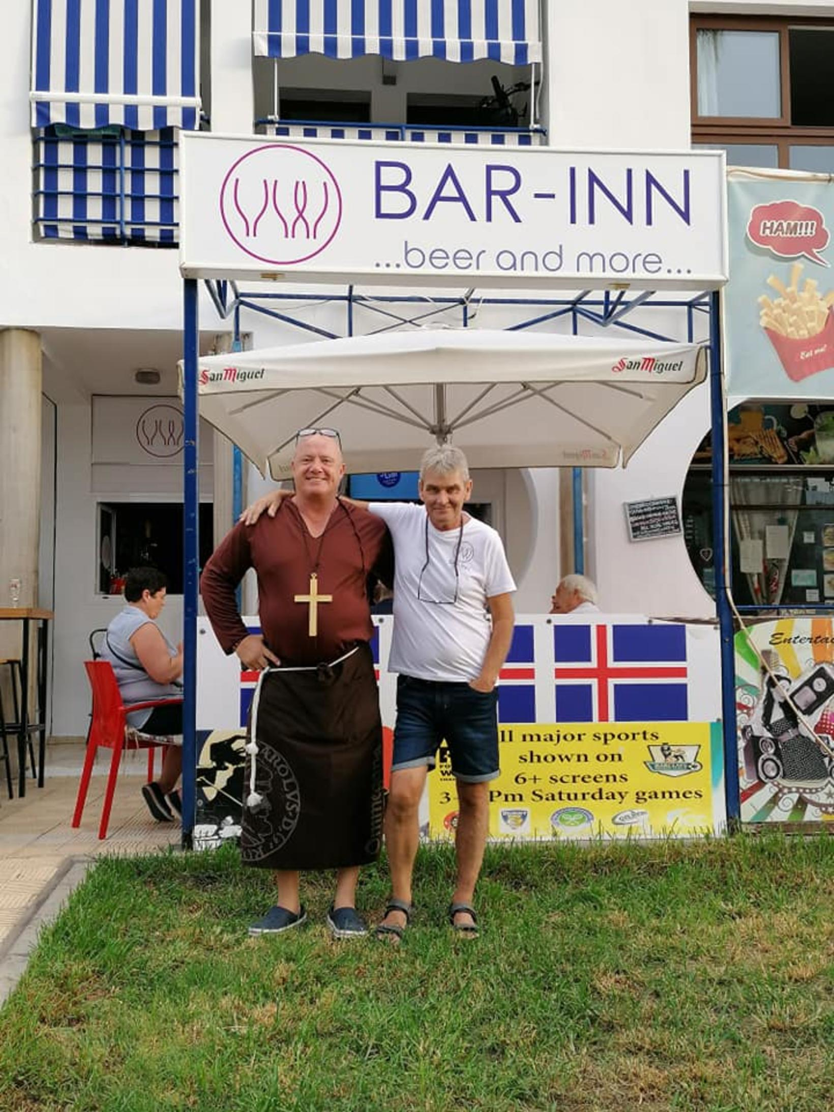 Vertinn á Bar-Inn, Guðmundur Guðbjartson, bregður á leik. Staðurinn er ...