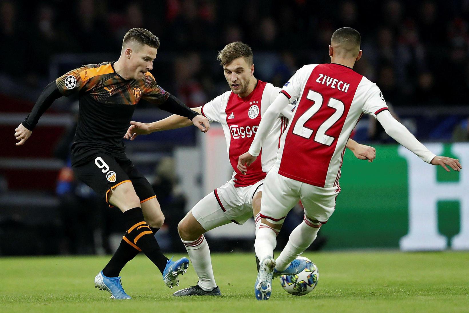 Valencia fer áfram á kostnað Ajax.