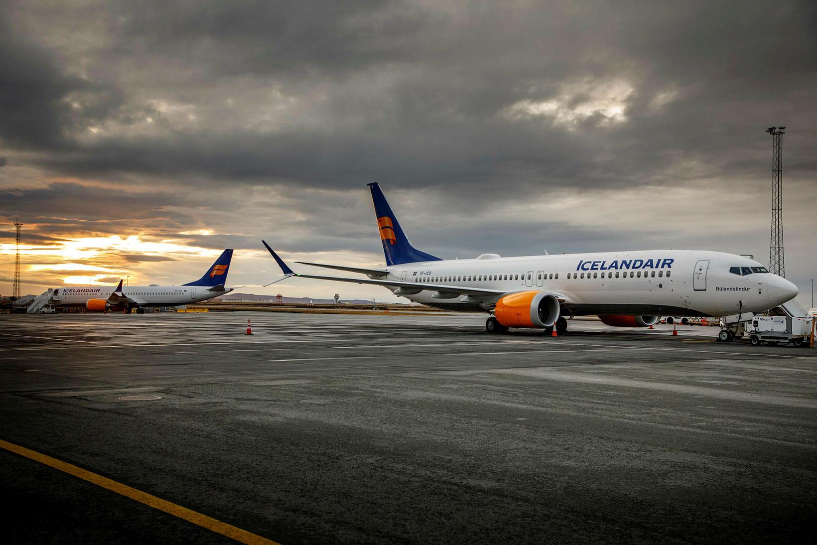 MAX-vélar Icelandair sjást hér kyrrsettar á Keflavíkurflugvelli áður en þær …