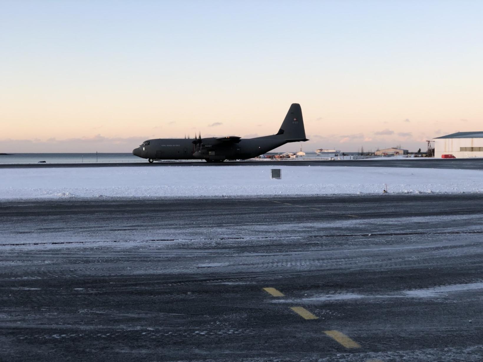 Dönsk C130 Hercules-flugvél flughersins lenti á Reykjavíkurflugvelli kl. 11:48.