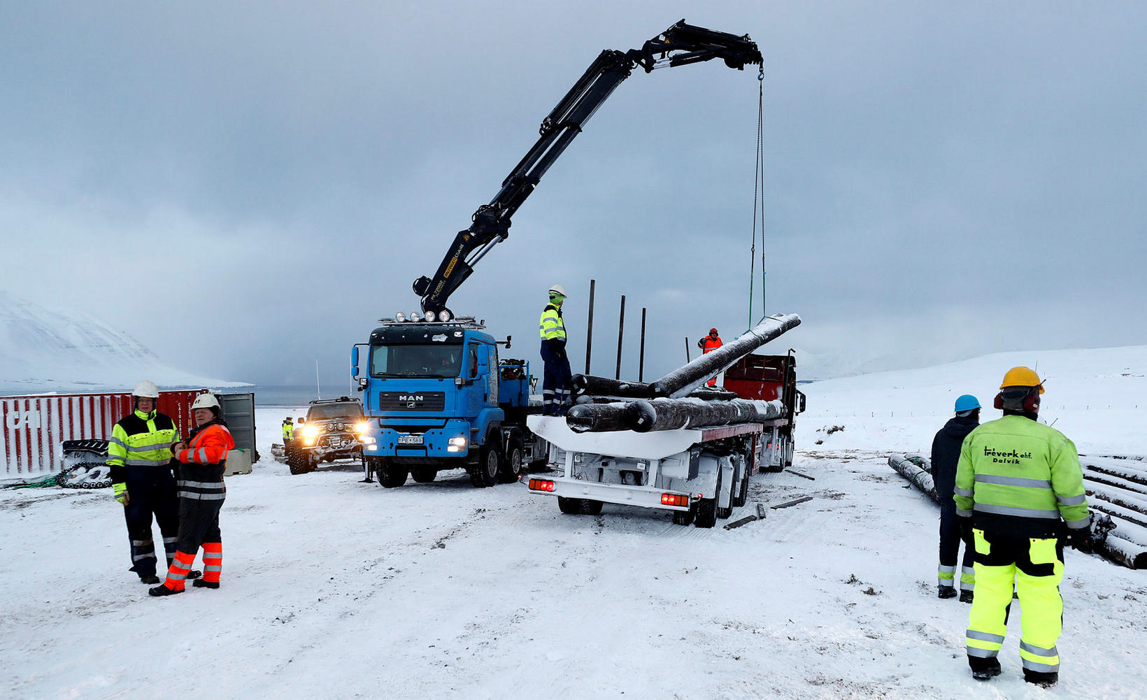 Starfsmenn Landsnets undirbúa viðgerðir á Dalvíkurlínu.