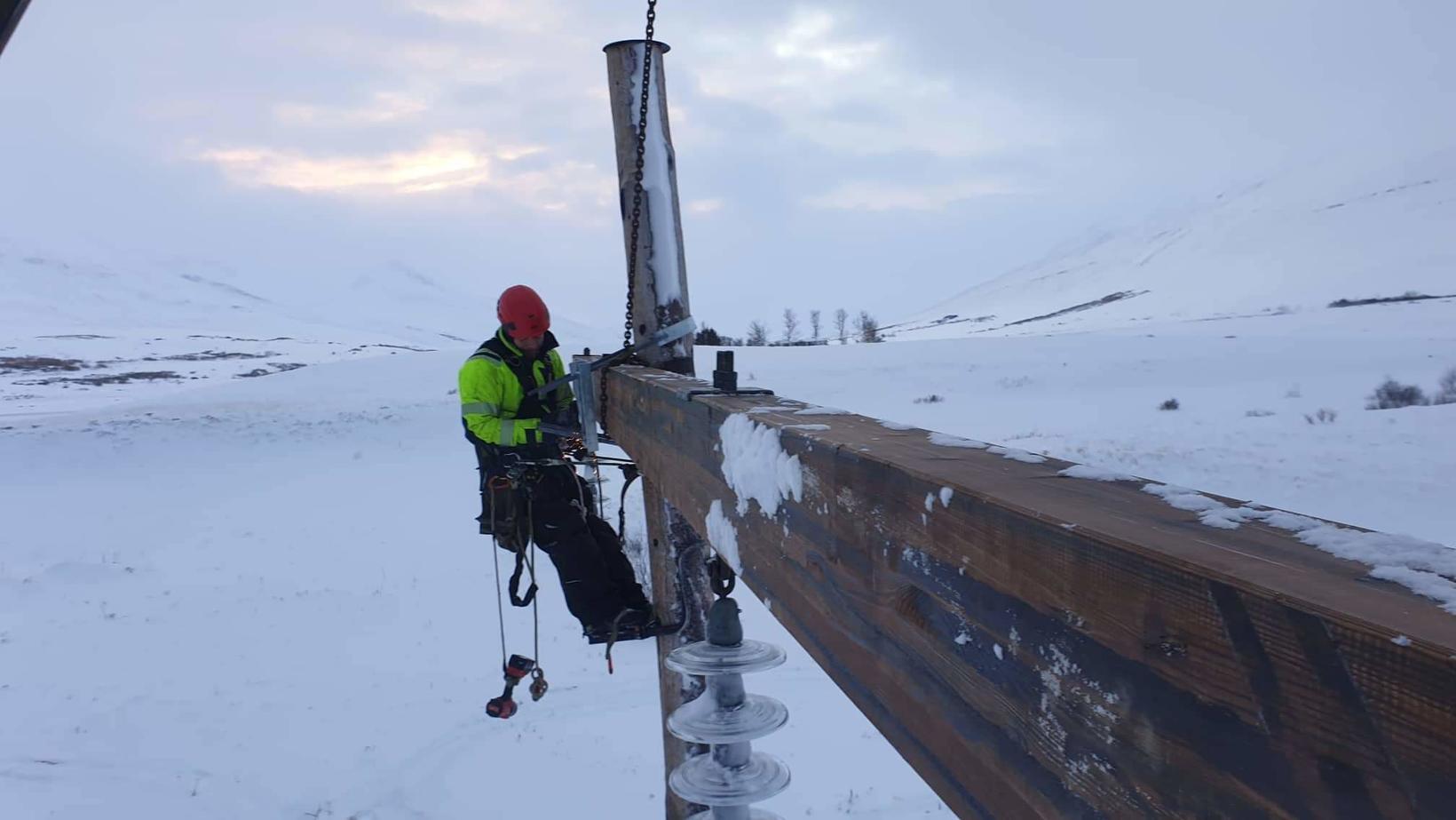 Starfsmenn Landsnets við viðgerð á Dalvíkurlínu.