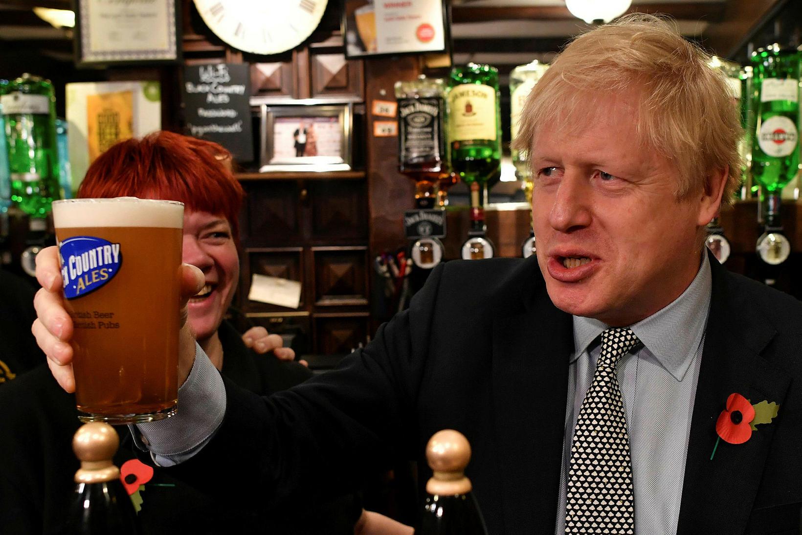 Boris Johnson, forsætisráðherra Bretlands, fékk sé kollu af öli í …