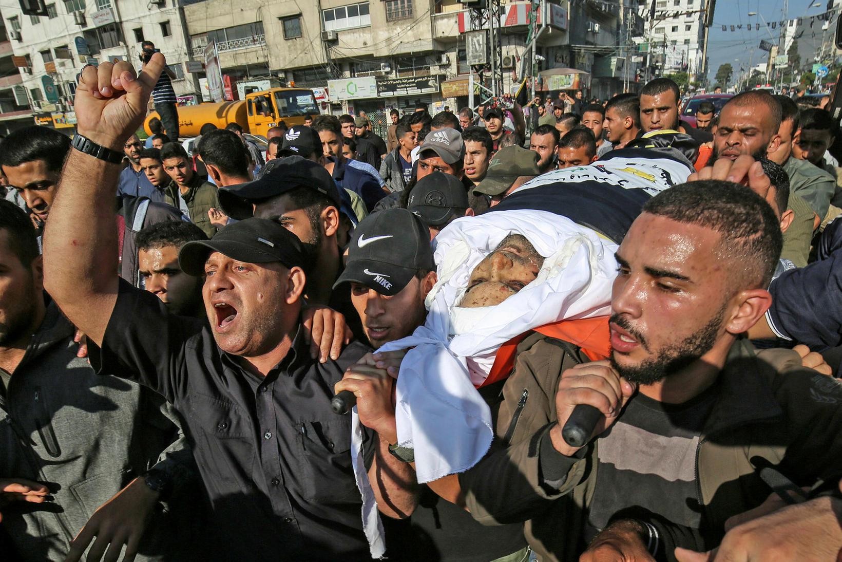 Lík Baha Abu Al-Ata borið til grafar á Gaza í …