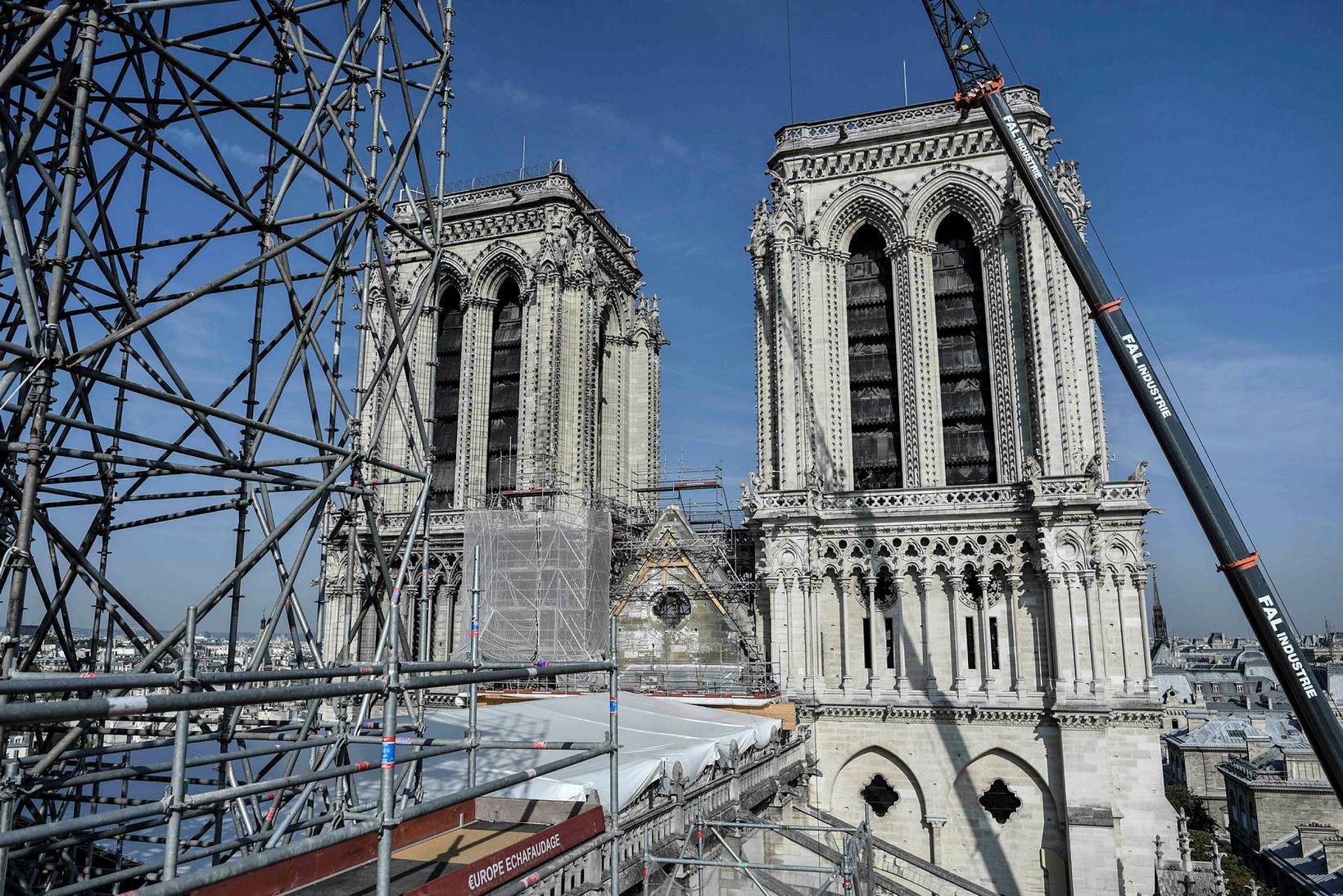 Enn er unnið í rústum Notre Dame og verður ekki …