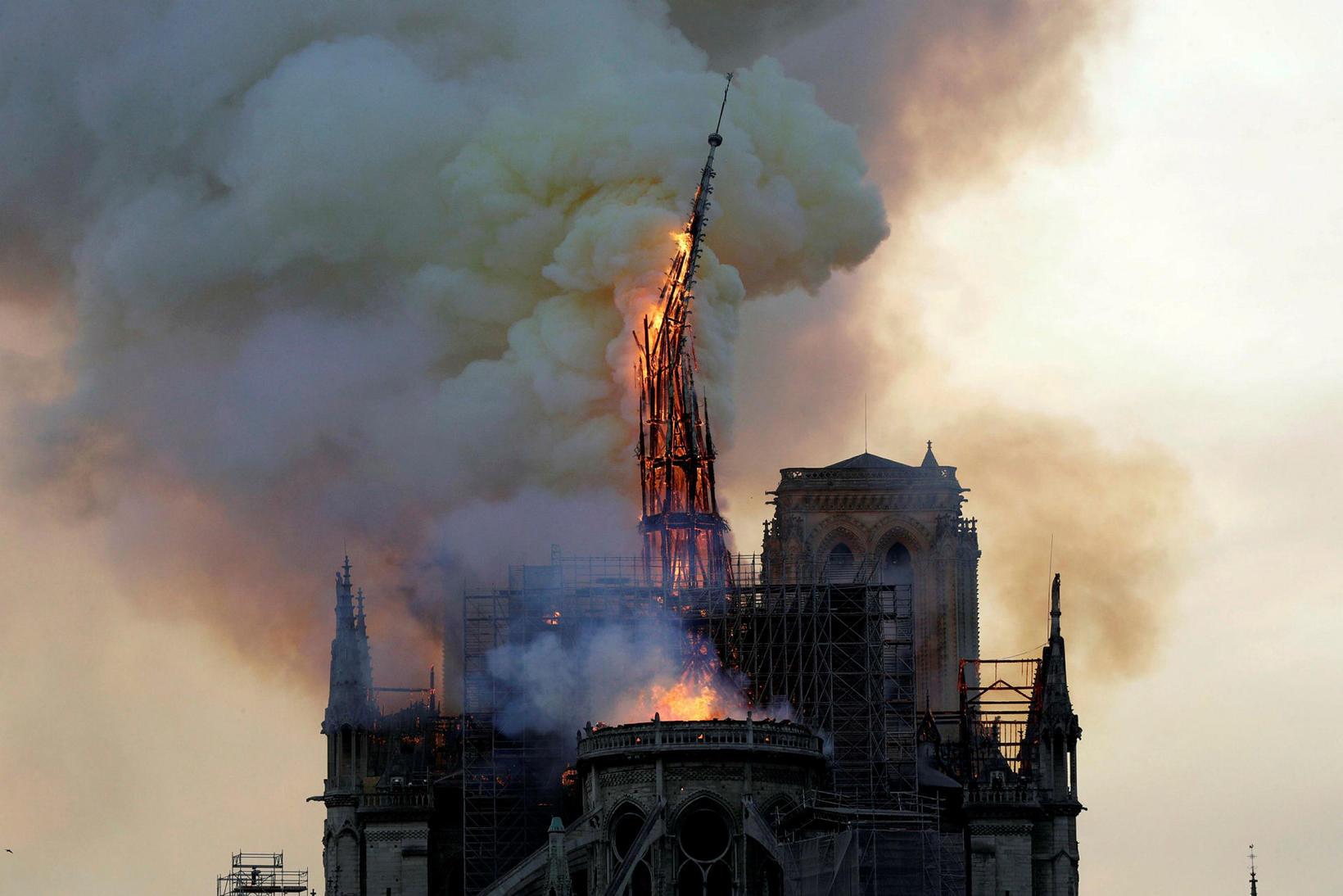 Notre Dame-dómkirkjan, sem er eitt sögufrægasta mannvirki Evrópu, varð eldinum …