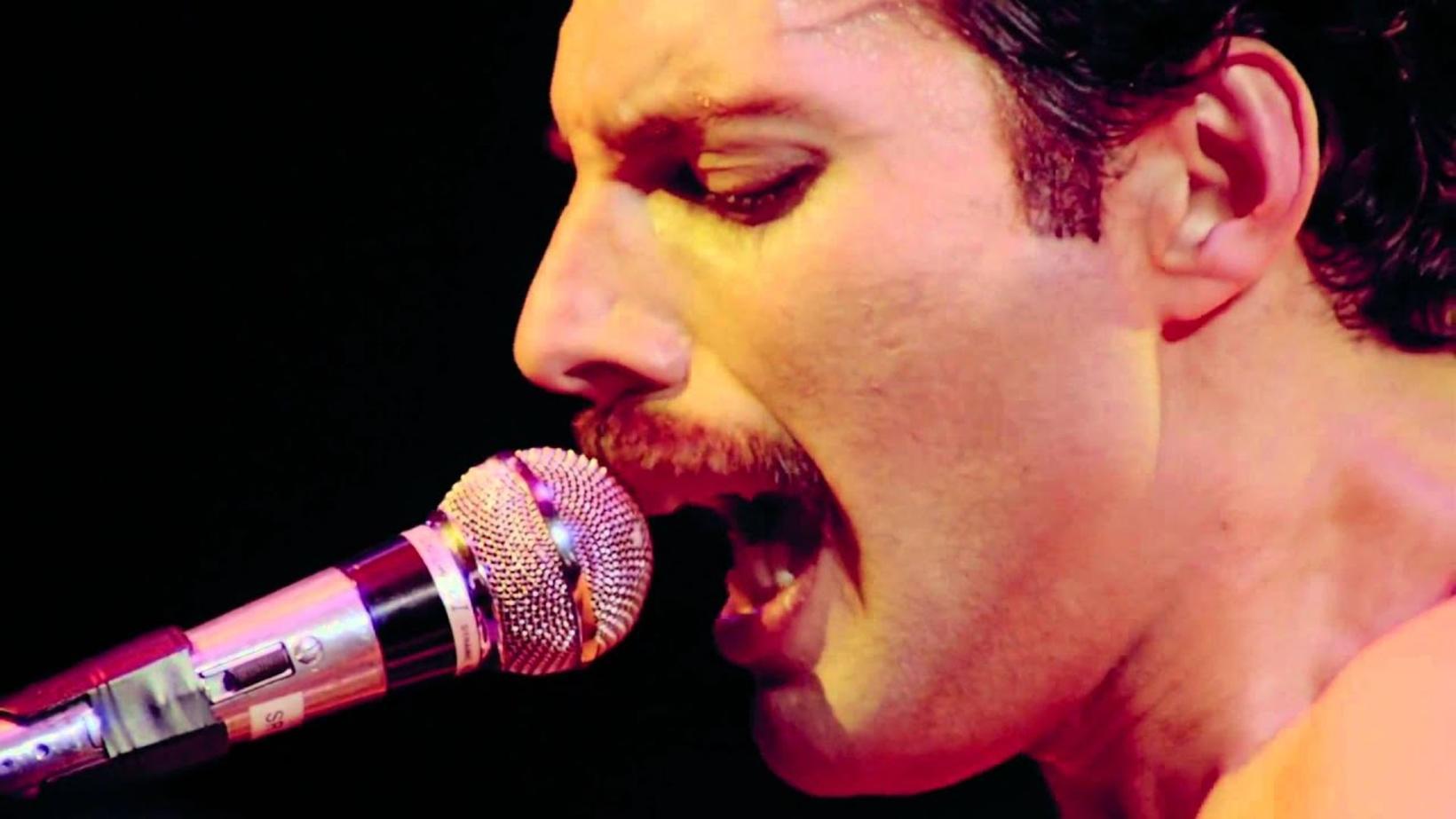 Freddie Mercury flytur Bohemian Rhapsody.