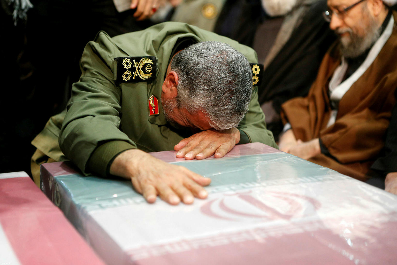 Ali Khamenei við kistu Soleimani í morgun.