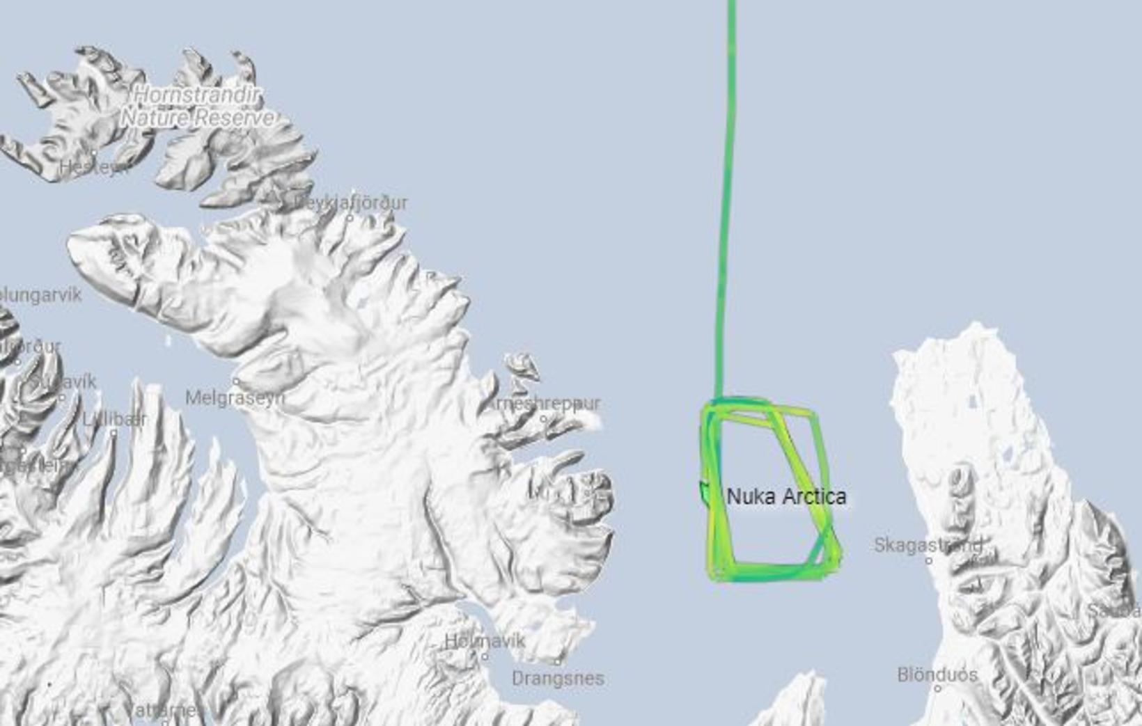 Nuka Arctica hefur hringsólað á Húnaflóa frá í nótt.