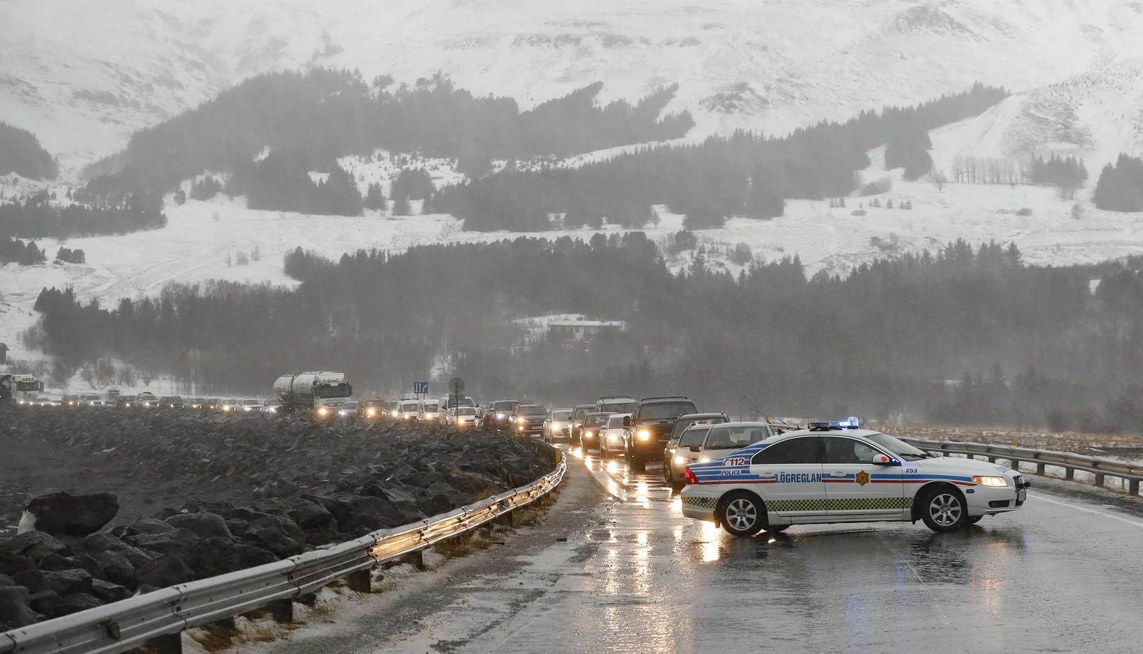 Löng bílaröð myndaðist á Vesturlandsvegi.