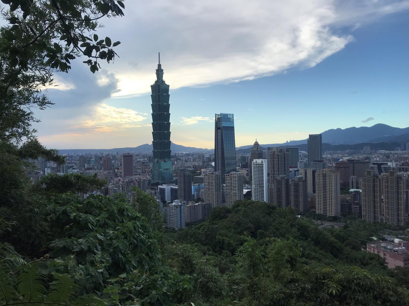 Mynd tekin frá Elephant Mountain í Taipei.