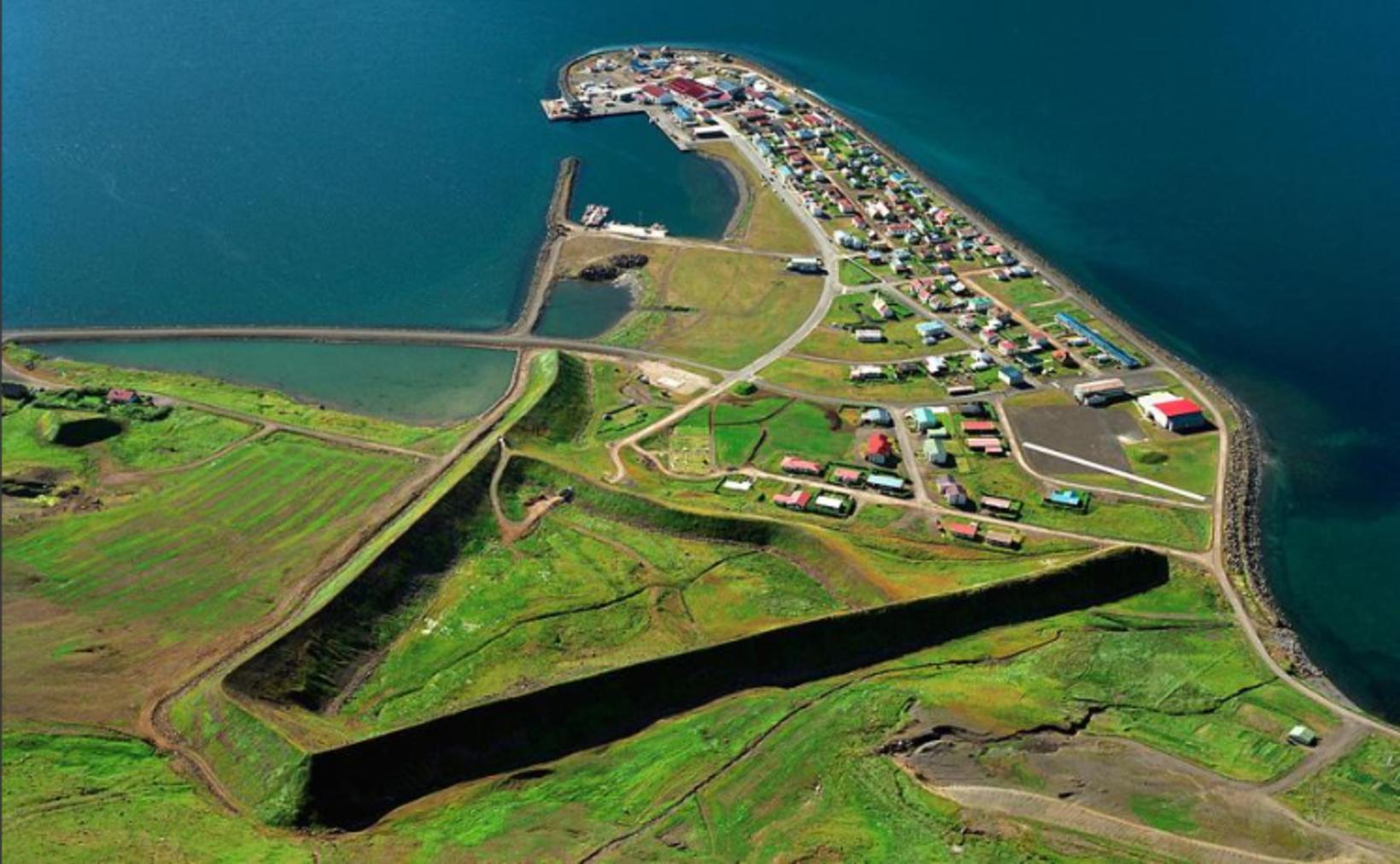 Snjóflóðavarnagarðarnir ofan byggðarinnar á Flateyri.
