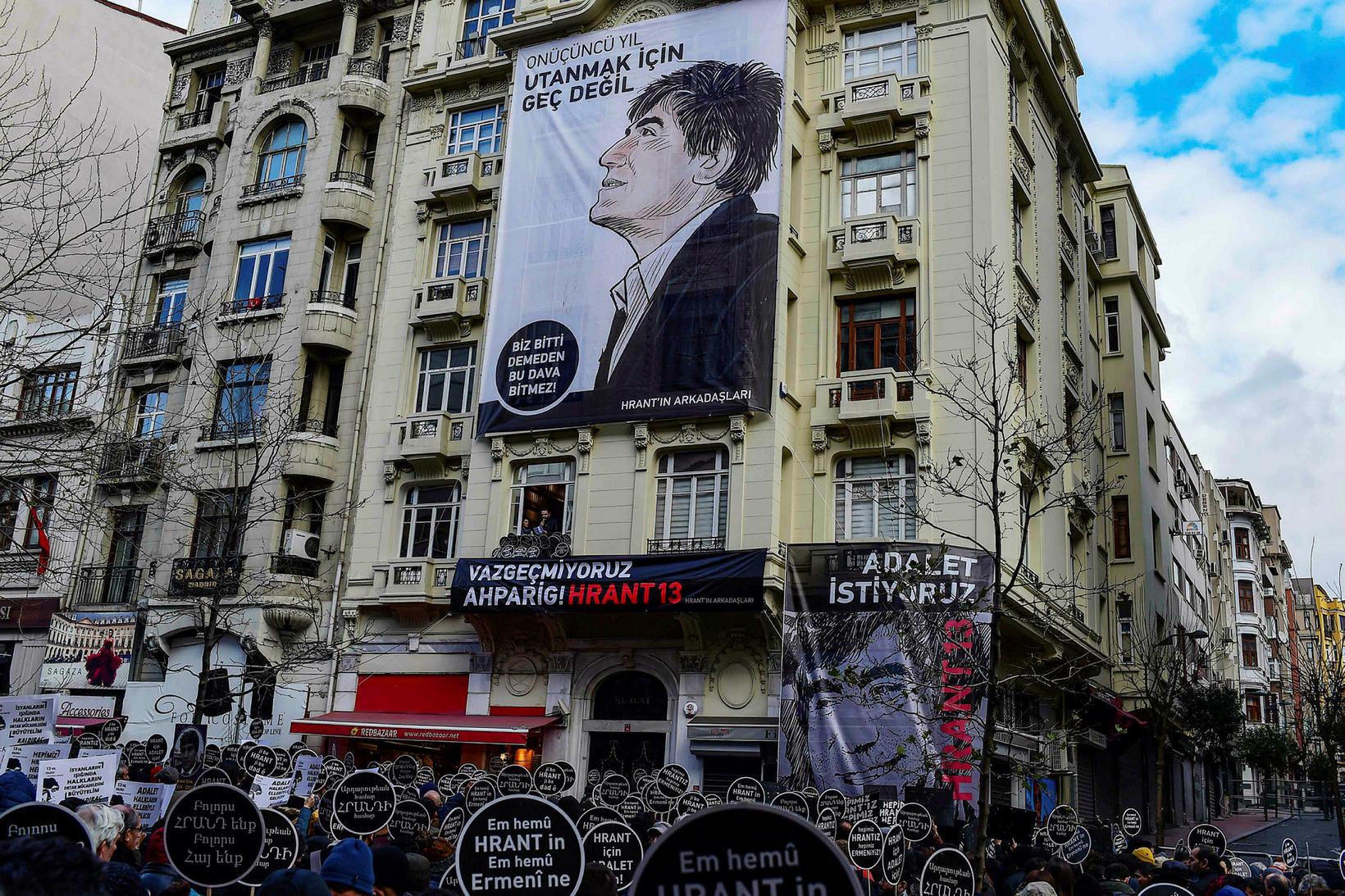 Stór mynd af Hrant Dink á íbúðarhúsi í Istanbúl.