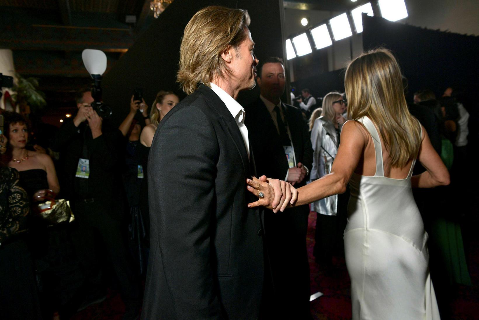 Hér má sjá Brad Pitt halda í Jennifer Aniston.