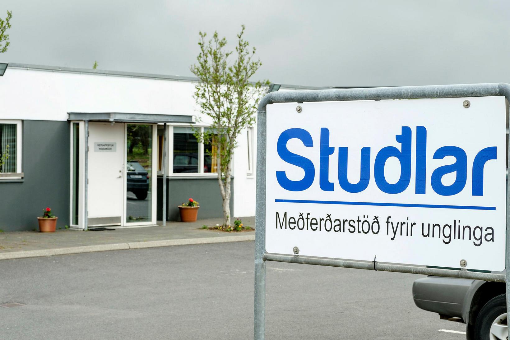 Stuðlar skiptast í tvær deildir; meðferðardeild og lokaða deild (almennt …