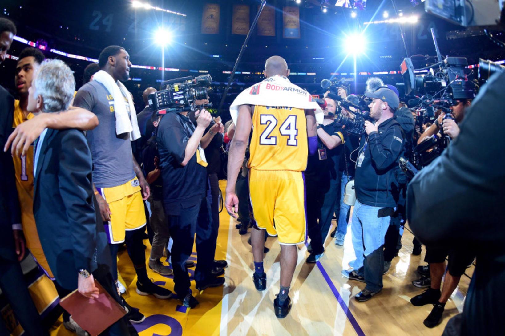Kobe Bryant gengur af velli eftir sinn síðasta leik á …