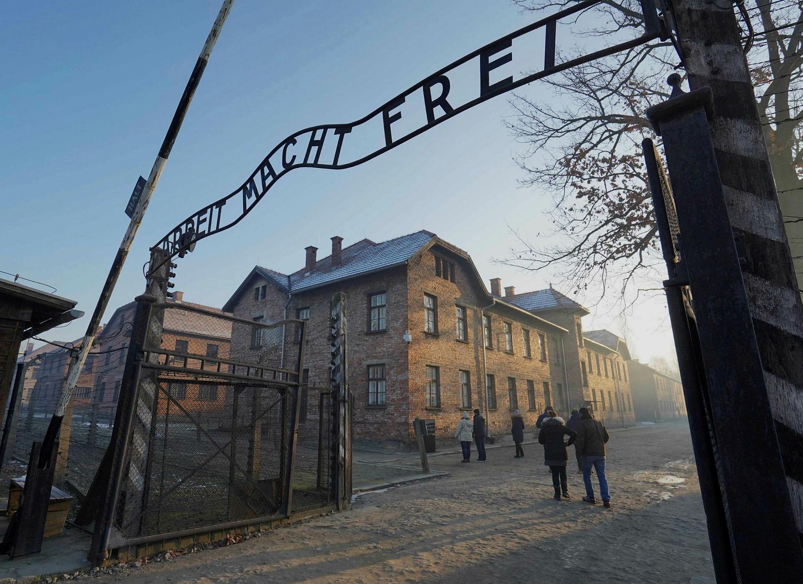Arbeit macht Frei-hliðið í Auschwitz.