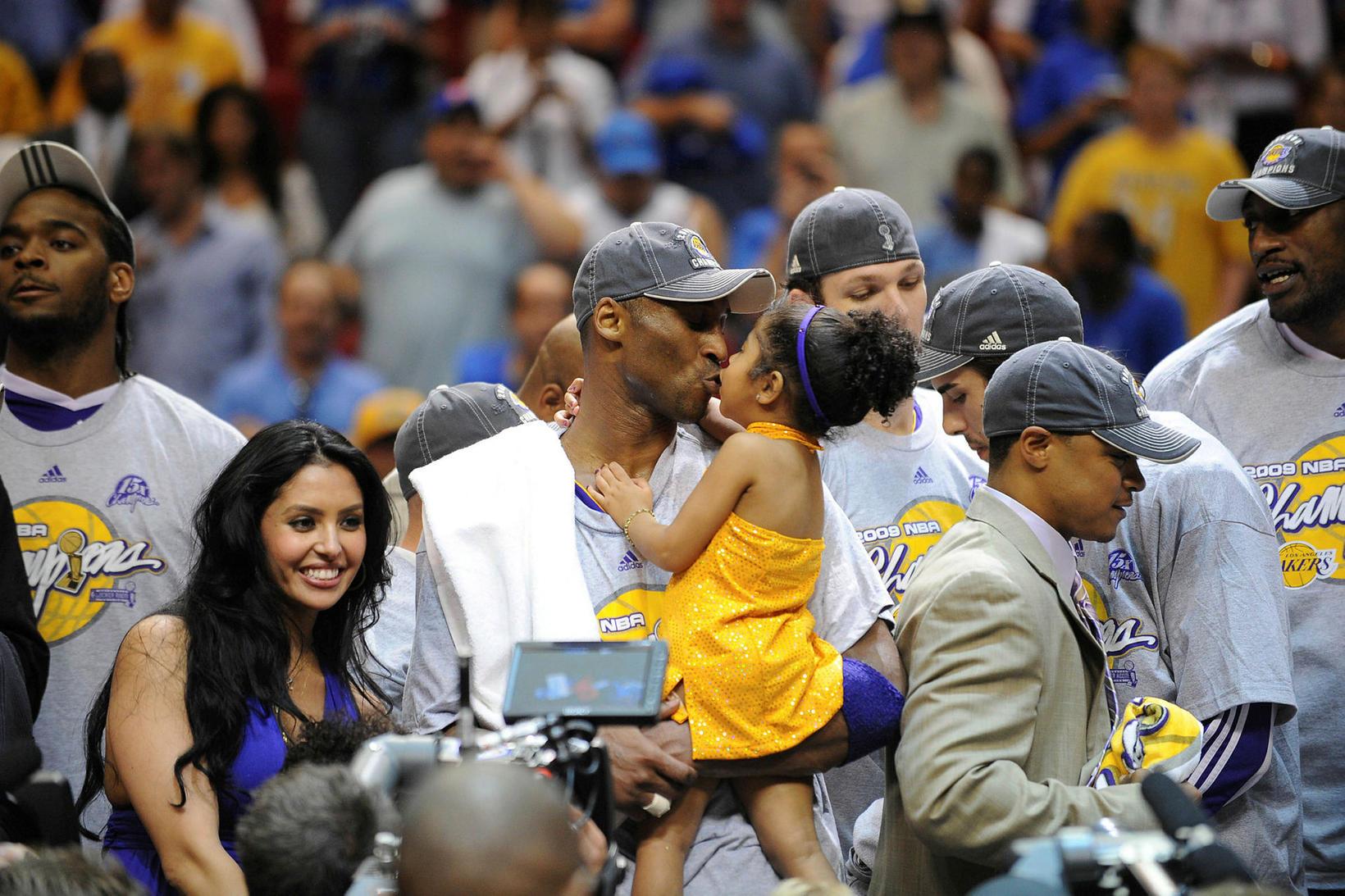 Kobe Bryant fagnar ásamt fjölskyldu sinni eftir að hann varð …